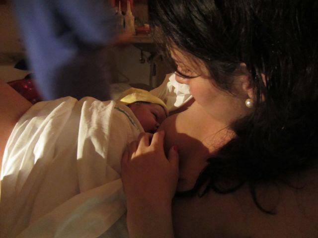 Primeira mamada de Marina, logo após o parto. Créditos da foto à doula querida Dani Ichikura.