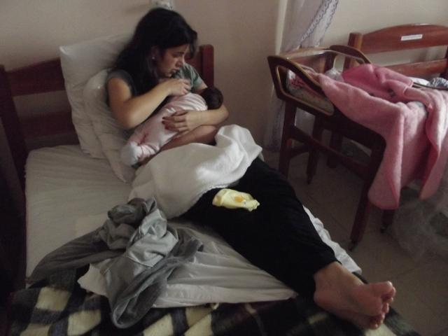 Eu e a Marina aprendendo a arte da amamentação, ainda na casa de parto.